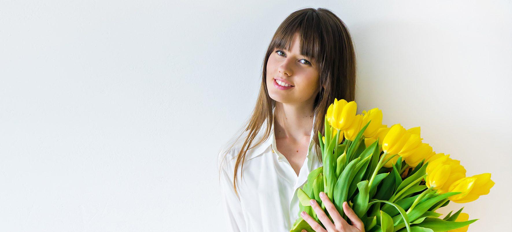 florista com ramo de flores